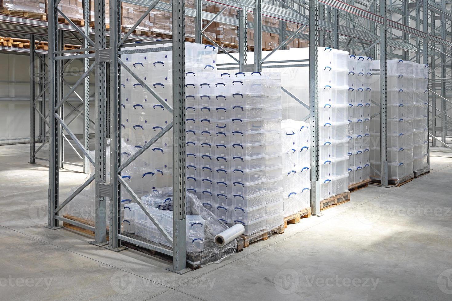cajas de plástico en almacén foto