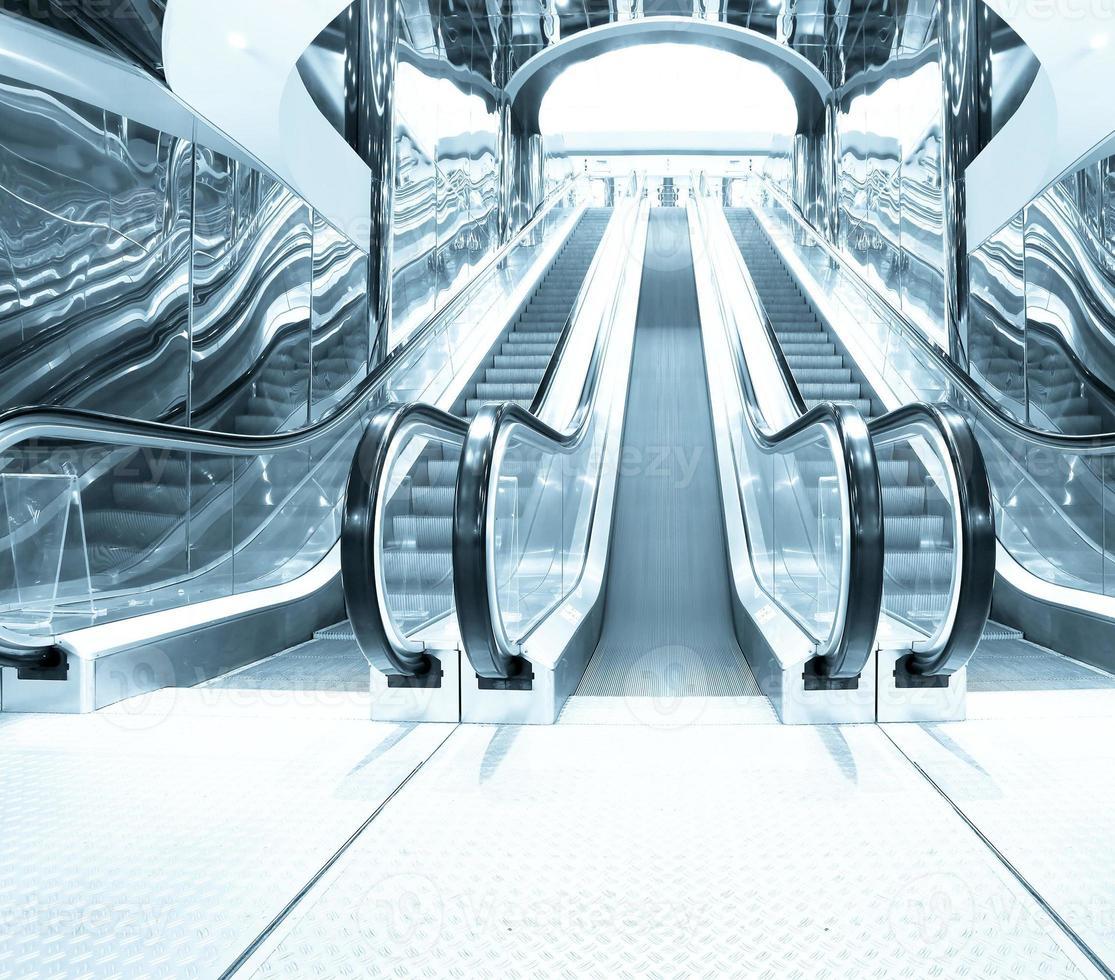 sala de negocios con escaleras azules que desaparecen foto