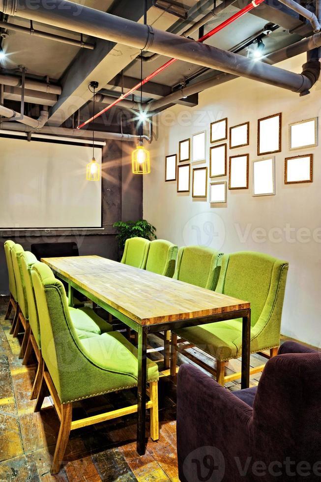 sala de reuniones mpty y mesa de conferencias foto