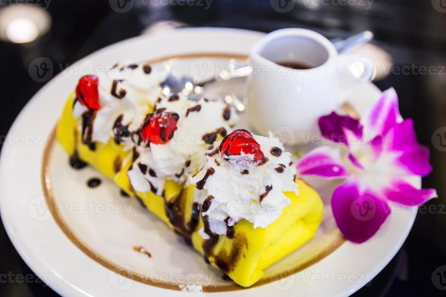 primer plano pastel de crepe plátano con chocolate y gelatina roja foto