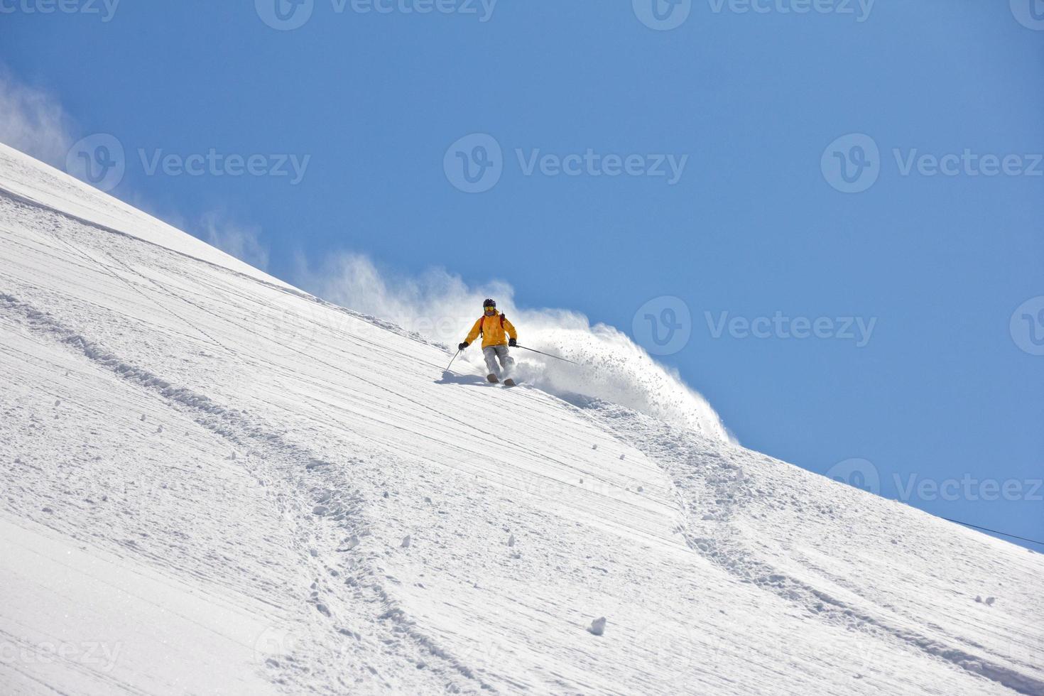 esquiador en polvo profundo, freeride extremo foto