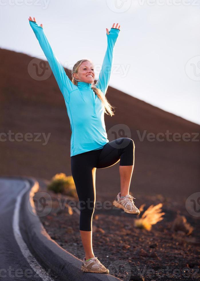 joven atractiva mujer atlética, vistiendo ropa deportiva en camino, foto