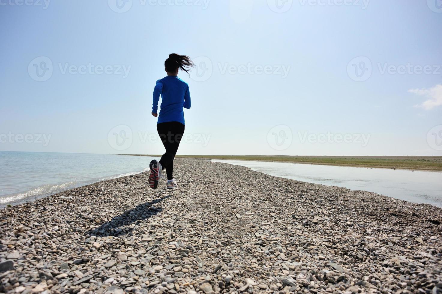 atleta corredor corriendo en la playa foto