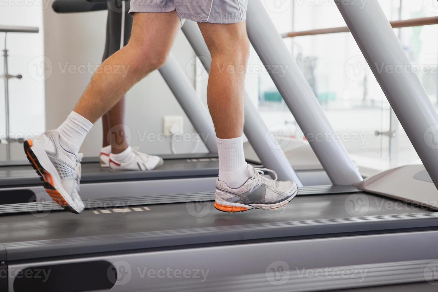 personas en forma corriendo en cintas de correr foto