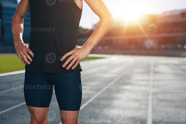 corredor en pista de atletismo foto