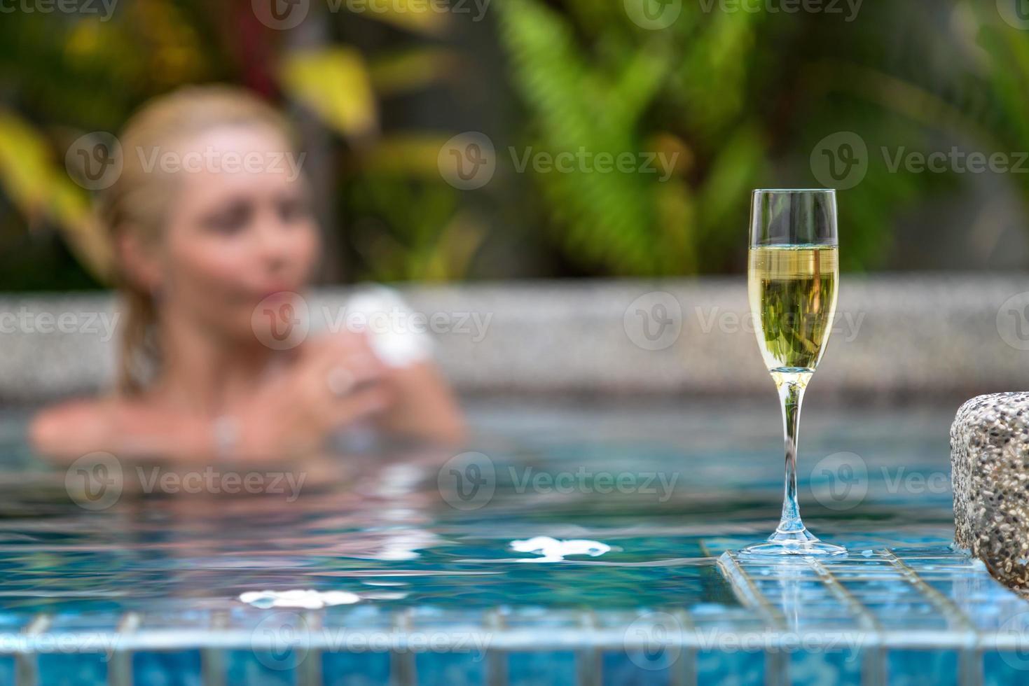 Champaña cerca de la piscina en un fondo foto
