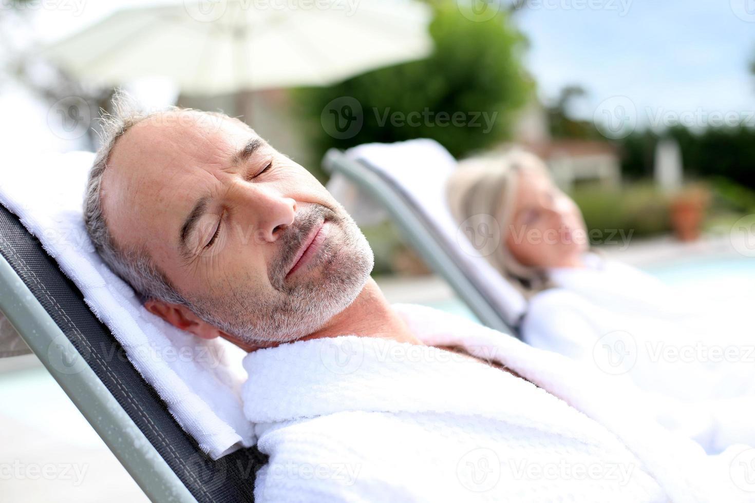 hombre de mediana edad feliz descansando en un día soleado foto