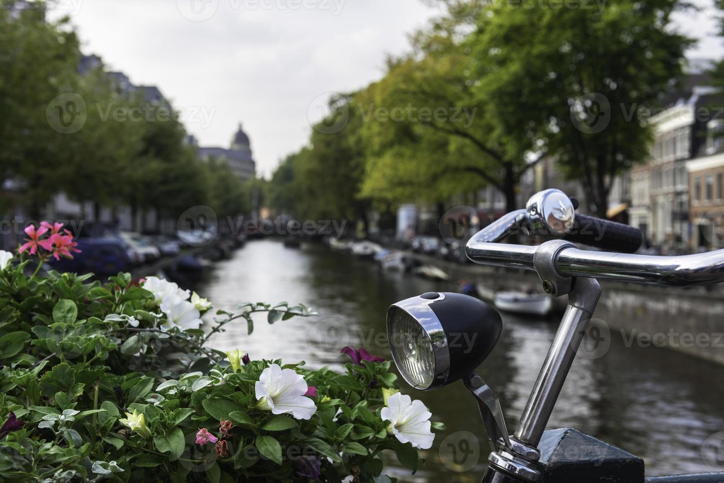 bicicleta y canal, amsterdam foto