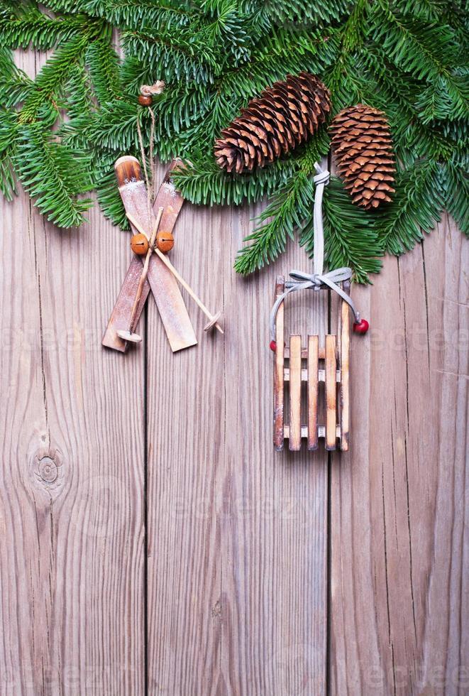 ramas de abeto con conos y adornos navideños foto