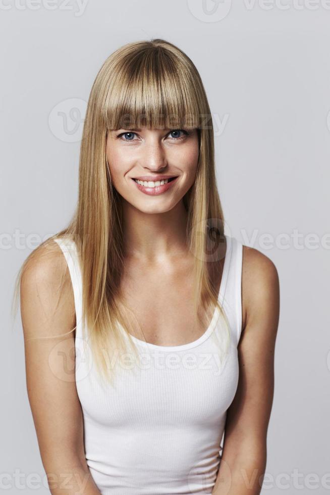 Retrato de joven rubia en chaleco blanco foto