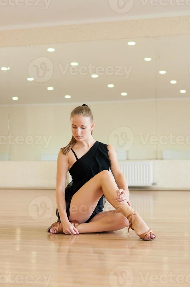 Niña haciendo ejercicios en una clase de baile foto