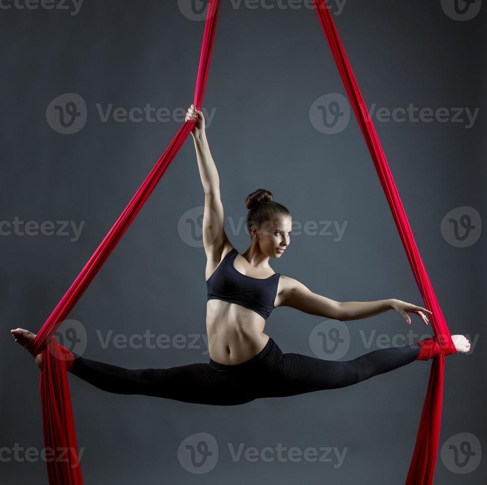 flexible joven bailando con cintas colgantes foto