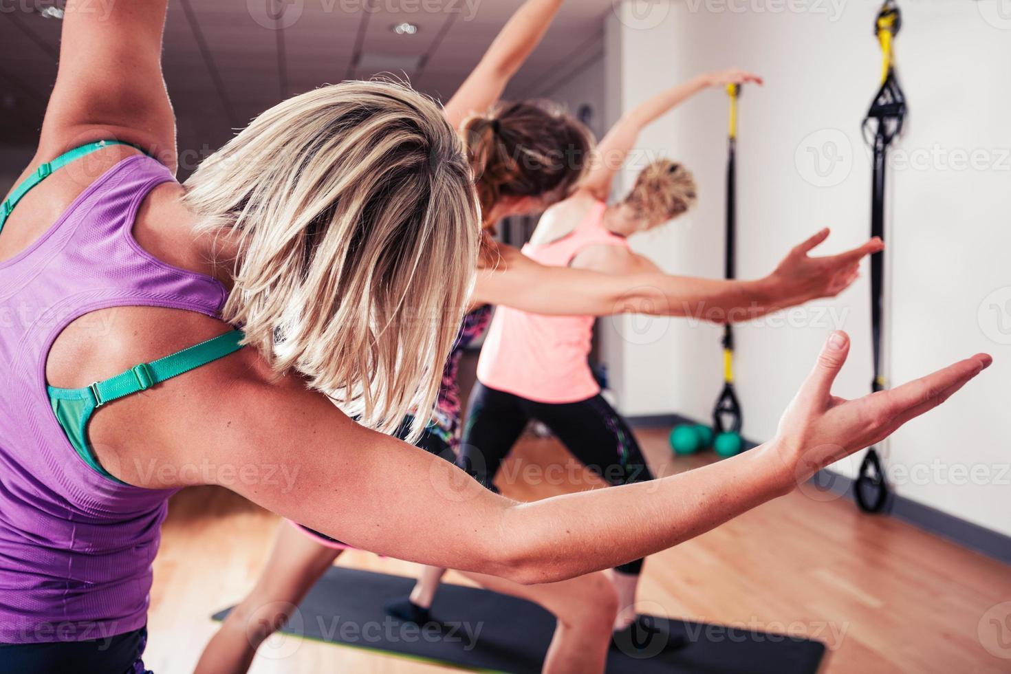 mujeres estirando en el gimnasio foto