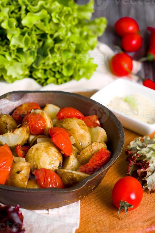 papas al horno, tomates foto