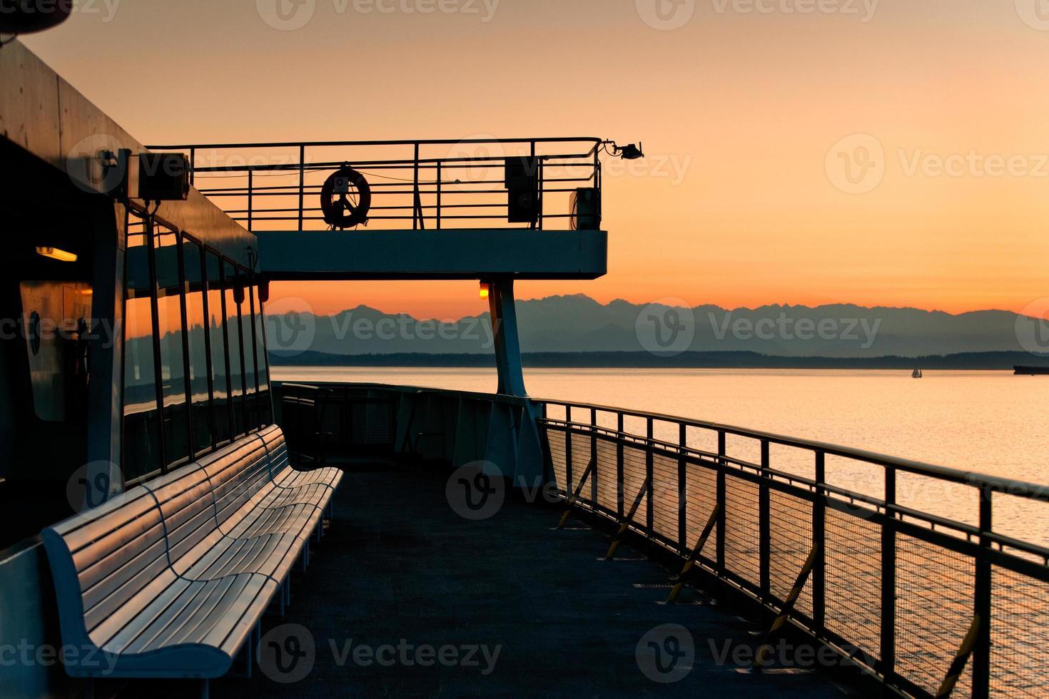 ferry de seattle y montañas olímpicas foto