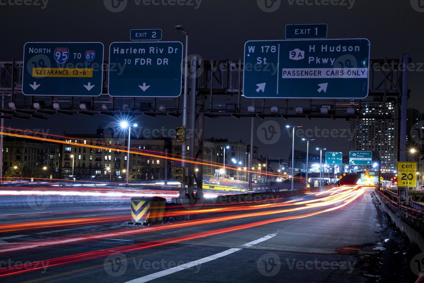 senderos de semáforo en el puente de george washington foto
