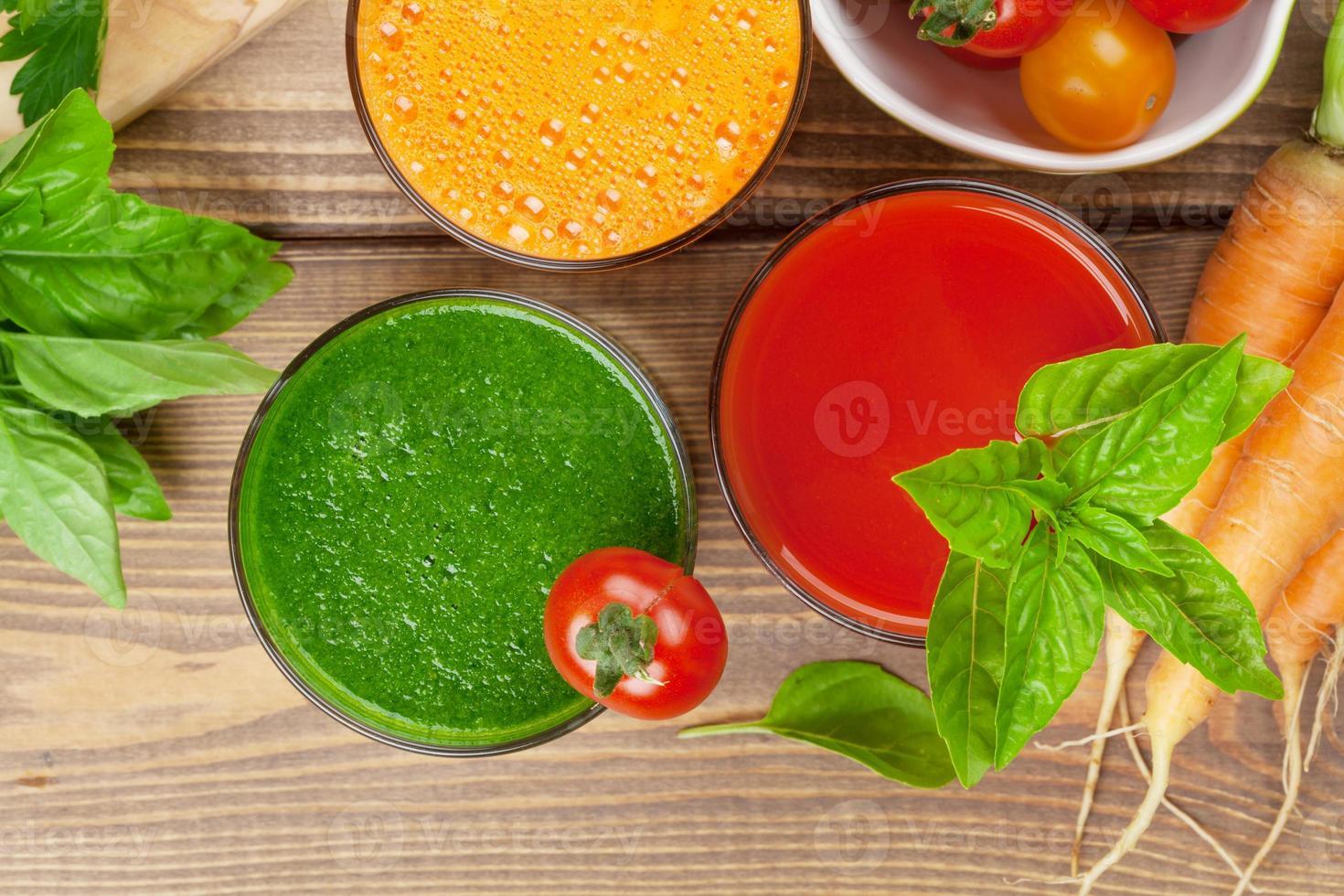 batido de vegetales frescos. tomate, pepino, zanahoria foto