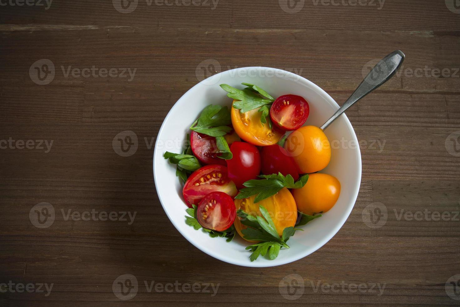 Ensalada de tomates rojos amarillos. foto