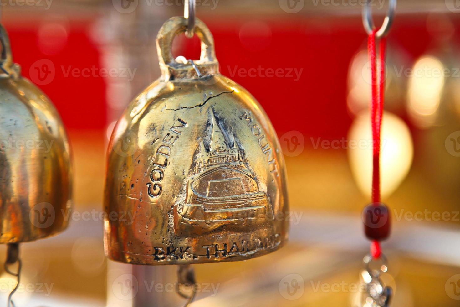 campana de bronce en el templo de montaña dorada de Tailandia foto