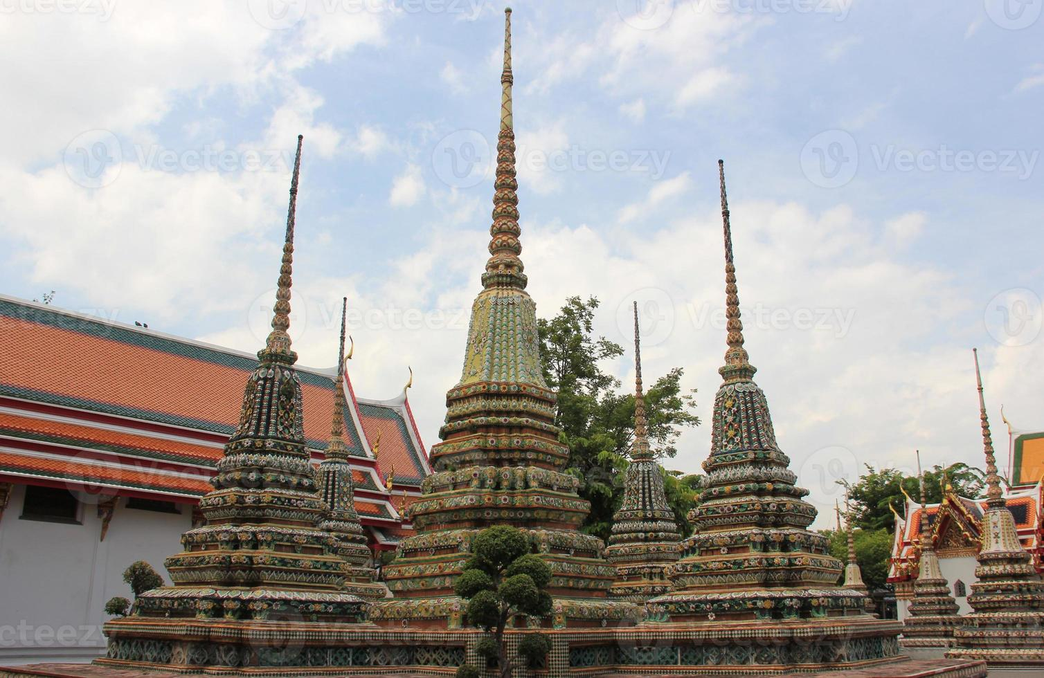 antigua pagoda en wat pho, bangkok, tailandia foto