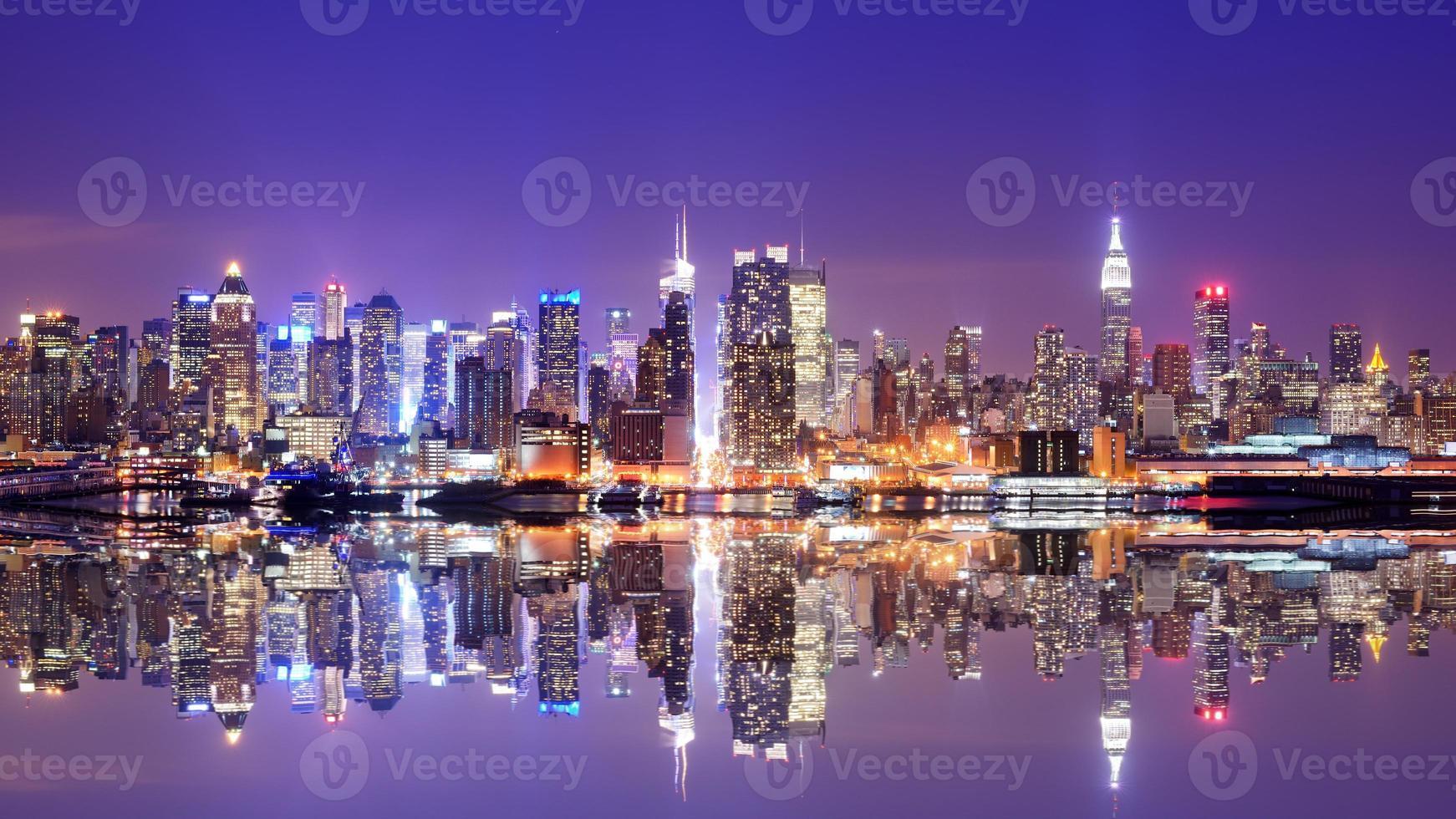 vista del agua del horizonte de manhattan al atardecer con reflejo foto
