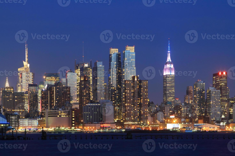 Horizonte de Manhattan a través del río Hudson foto