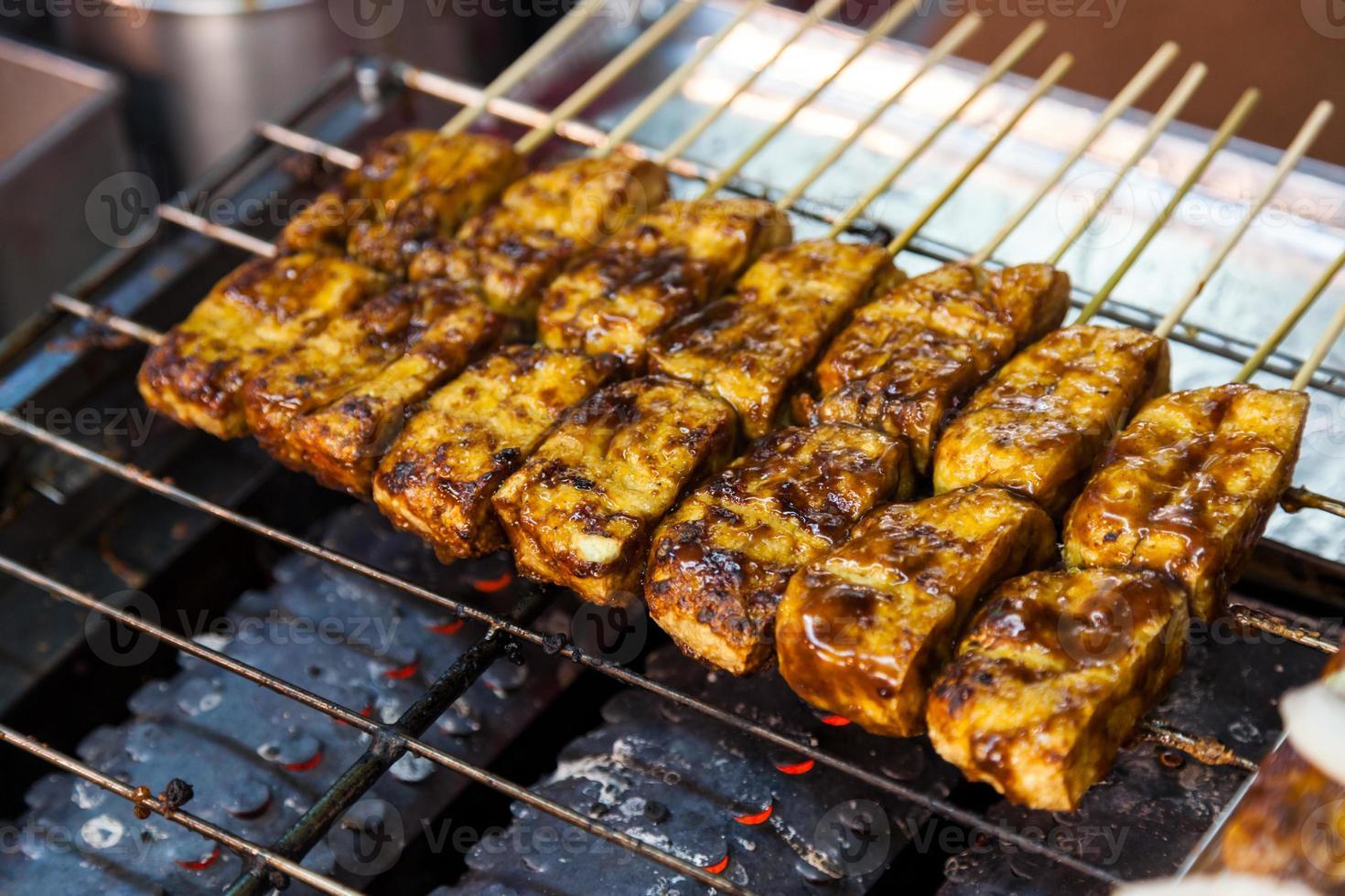 臭豆腐 Tofu apestoso a la parrilla en el mercado nocturno (vegano) foto