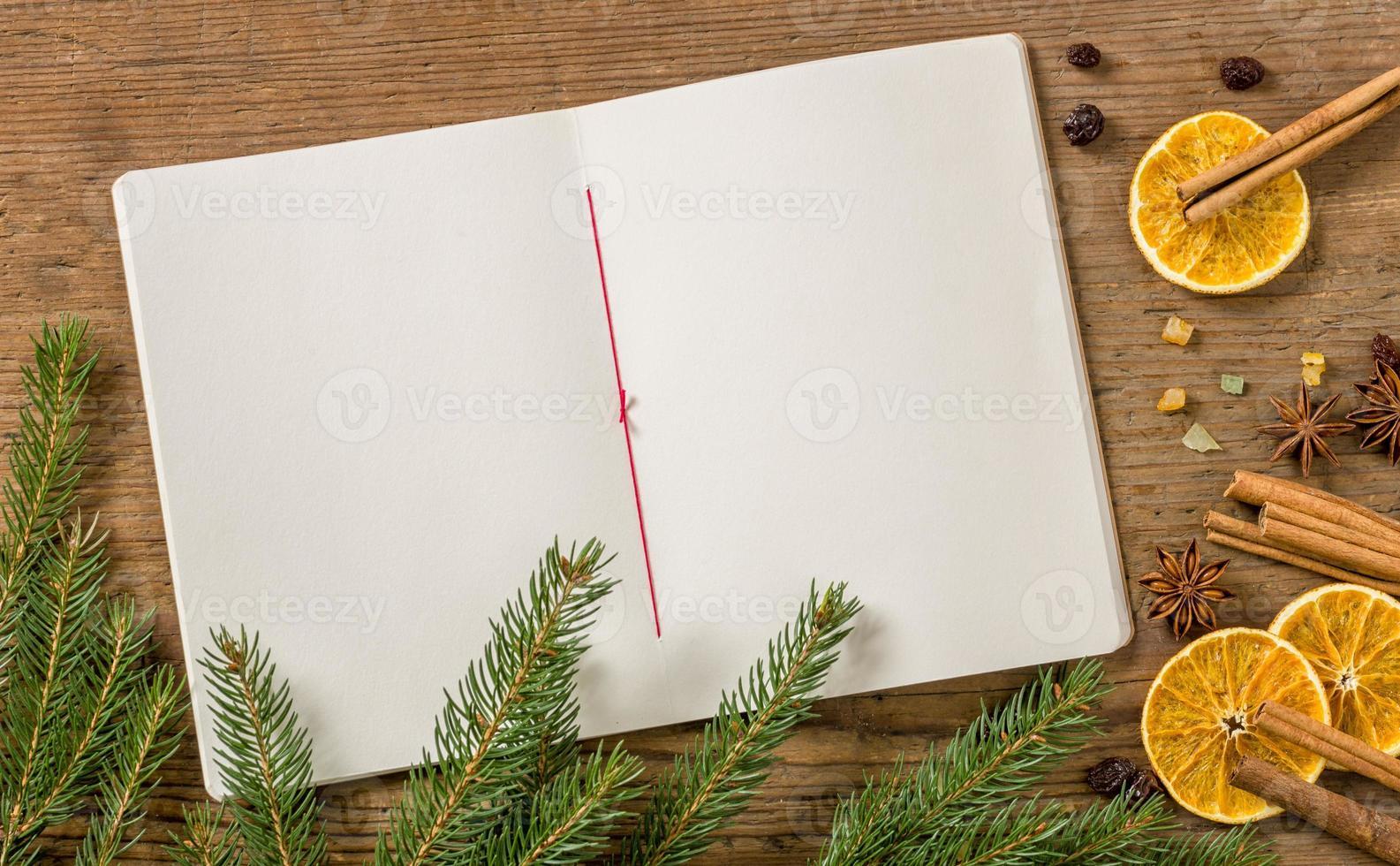 libro de recetas en blanco con decoración navideña foto