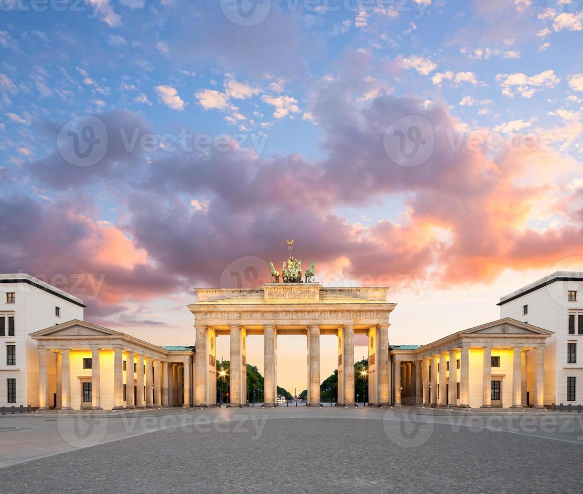 Berlín, puerta de Brandenburgo en la noche foto