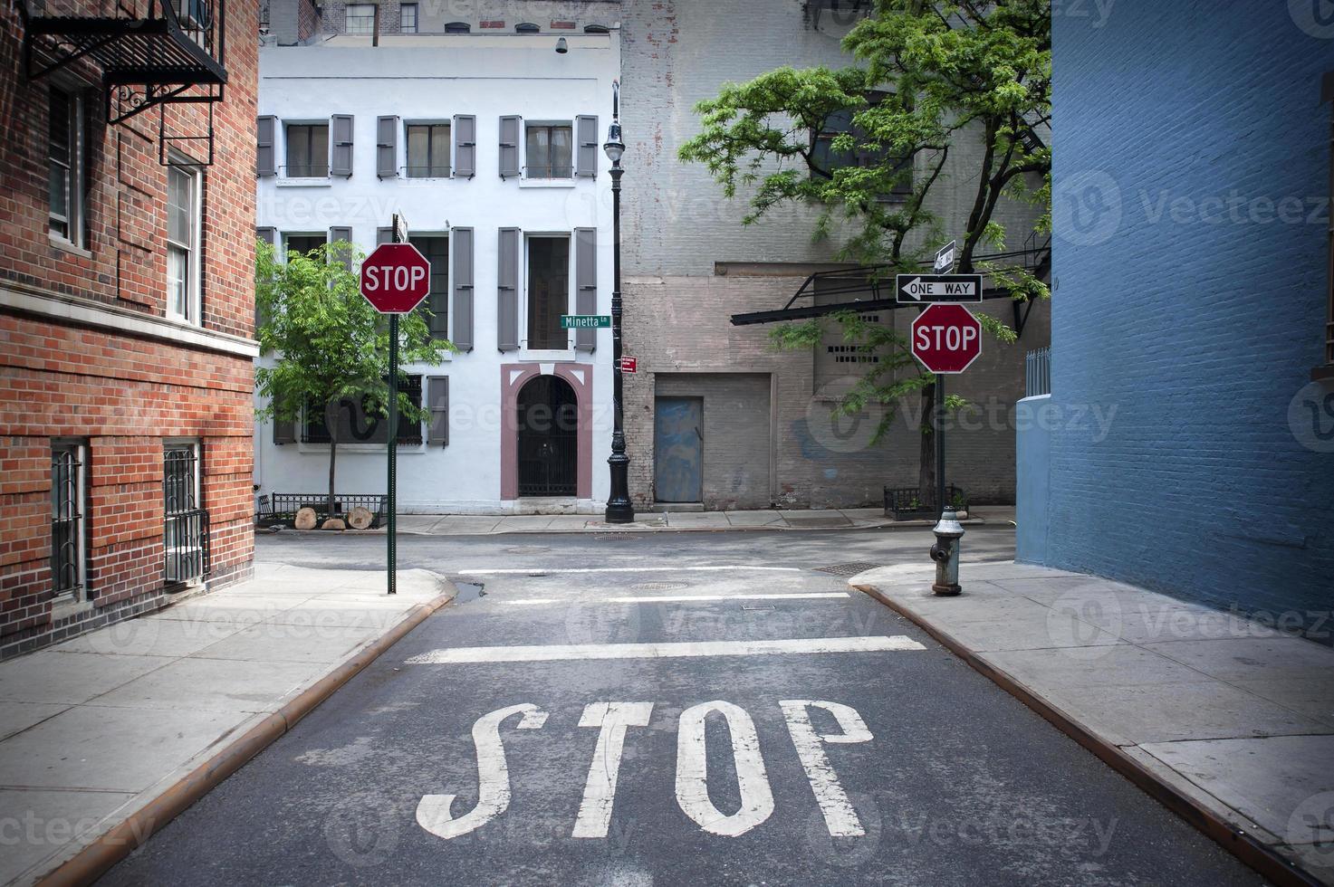 señal de stop pintada en la carretera foto