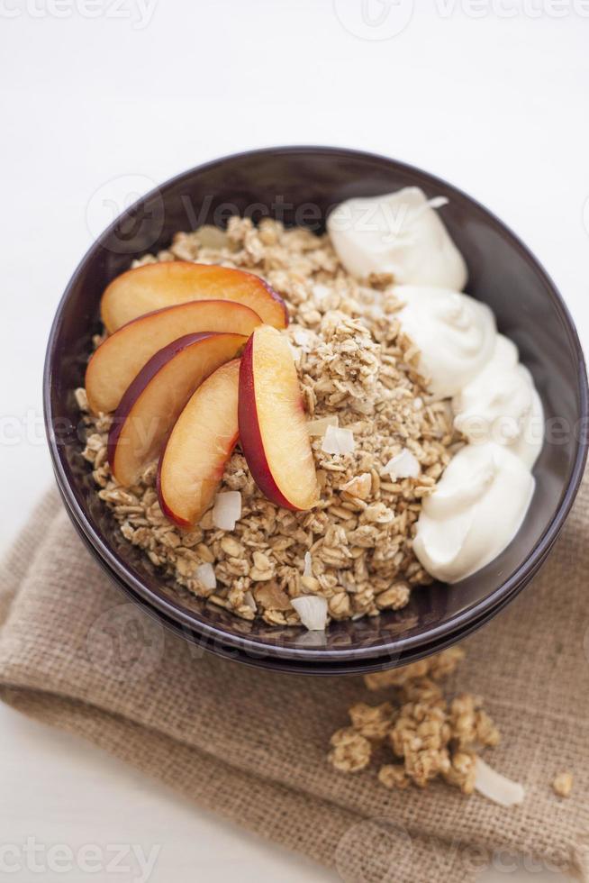 granola con yogurt y durazno foto