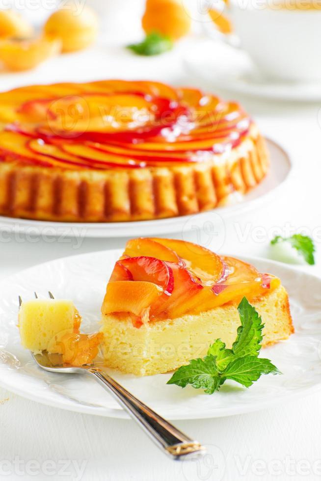 tarta de frutas con duraznos y ricotta. foto