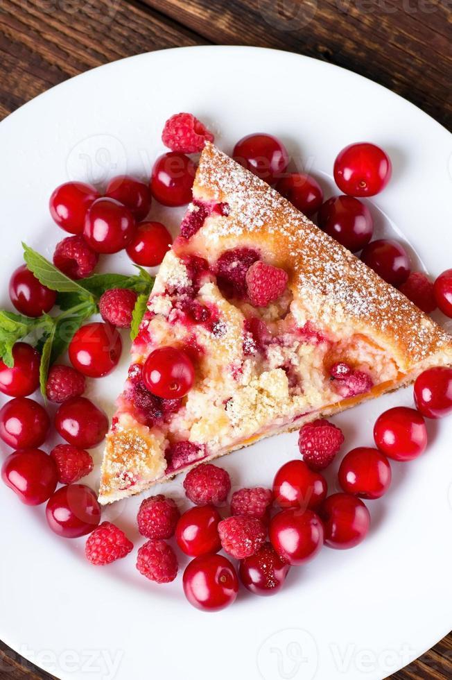 Vista superior de una porción de pastel de frutas foto