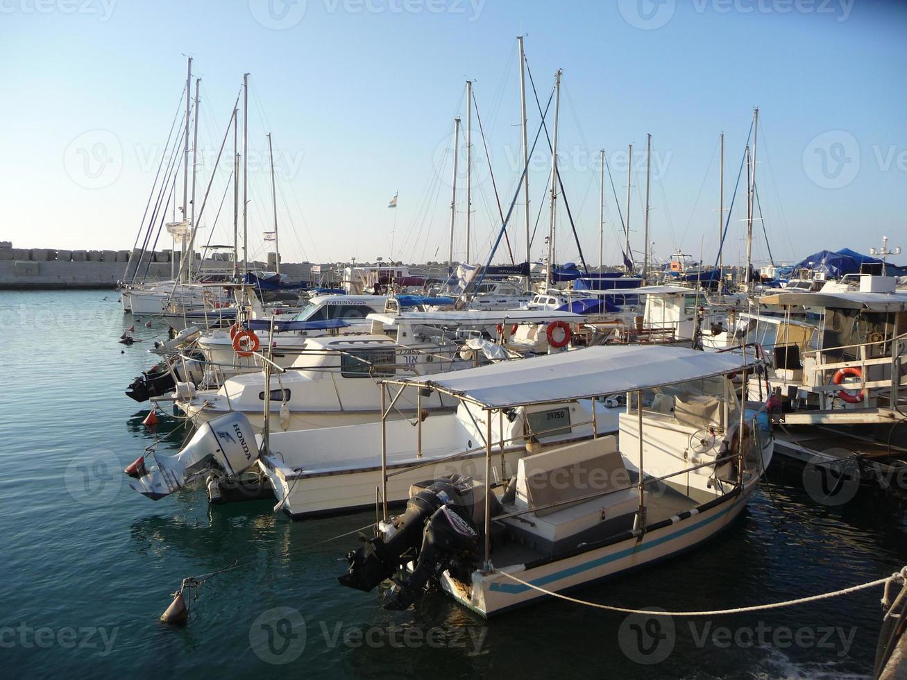 barcos en el puerto de jaffa, israel foto