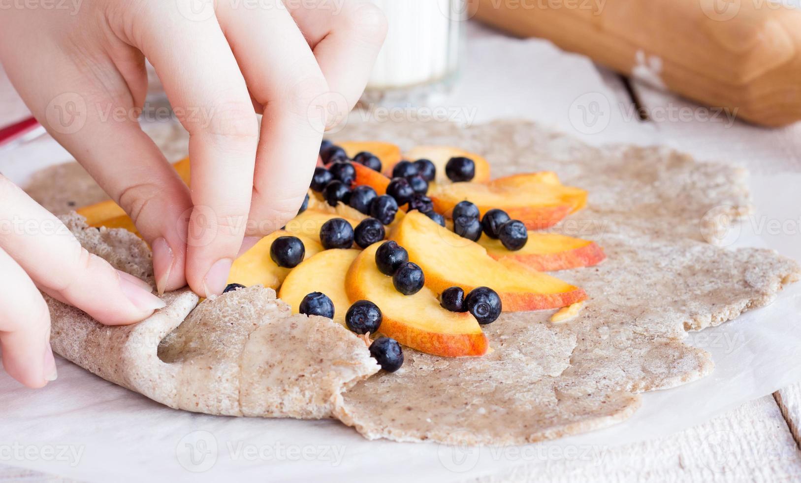 proceso de preparación de galletas con durazno y arándano foto