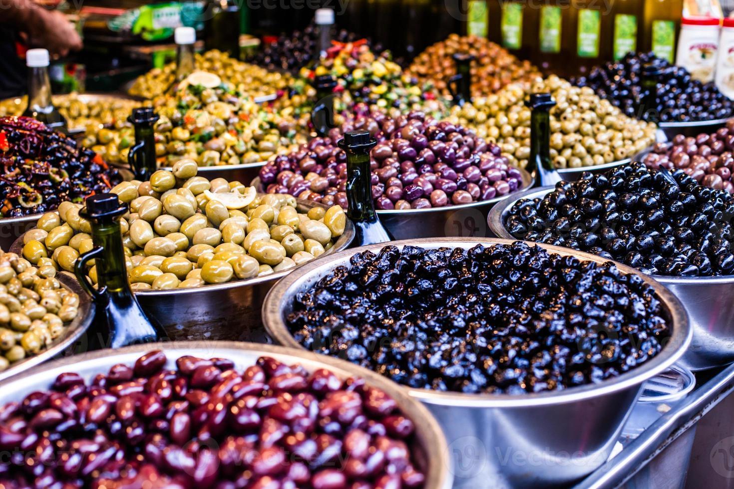 Surtido de aceitunas en el mercado local, Tel Aviv, Israel foto
