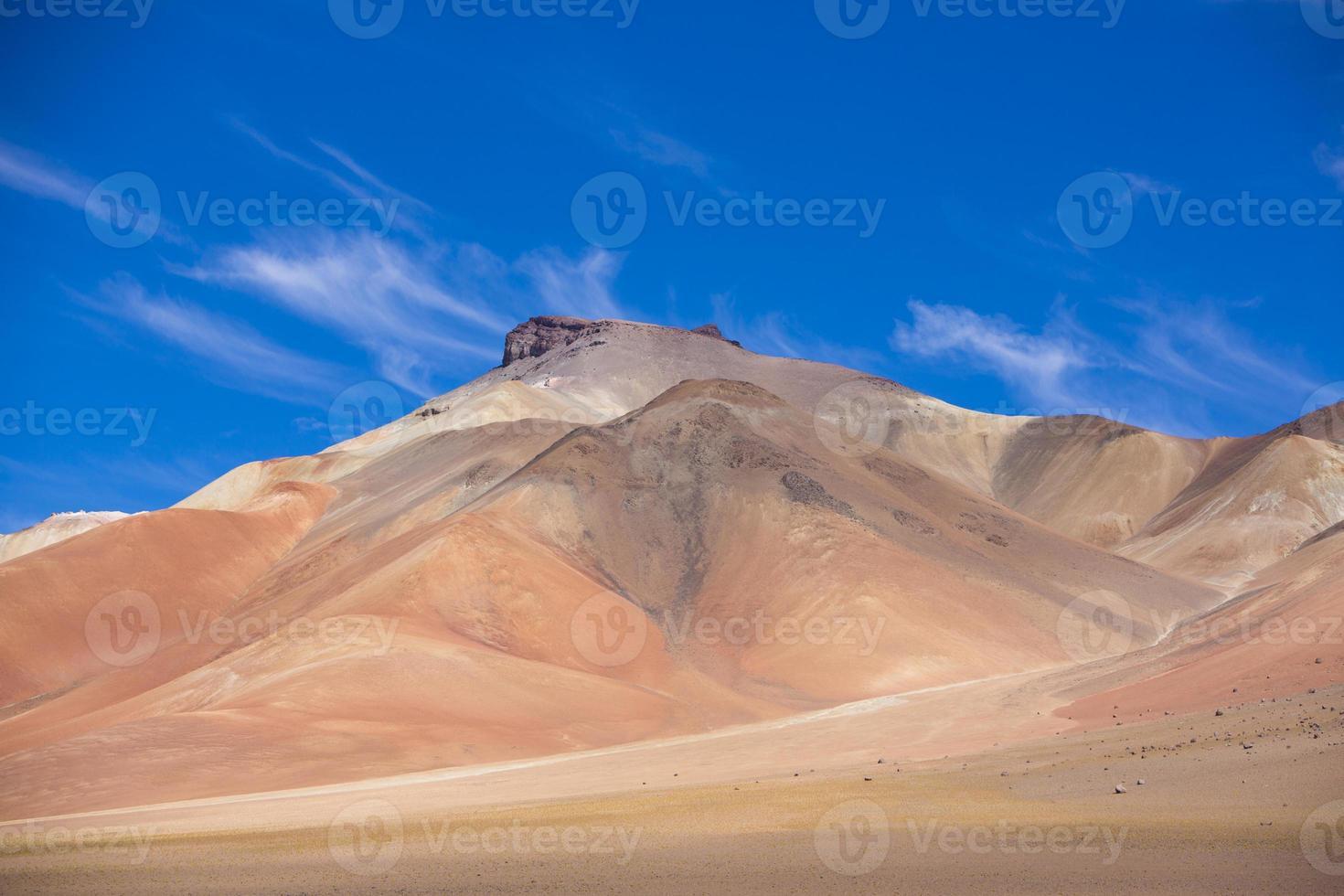 montaña de atacama con cielo azul en el parque eduardo avaroa foto
