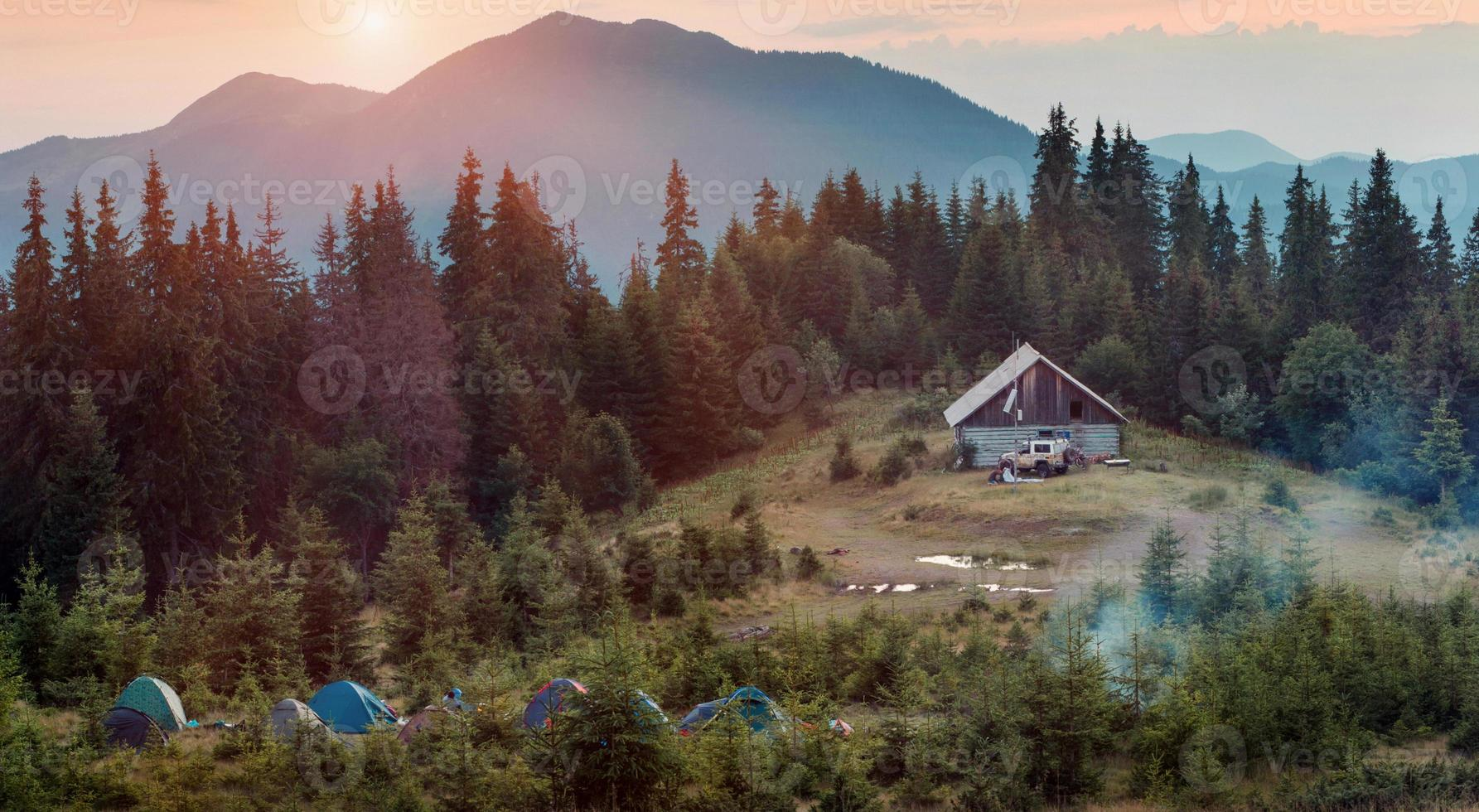 acampar en las montañas al atardecer foto