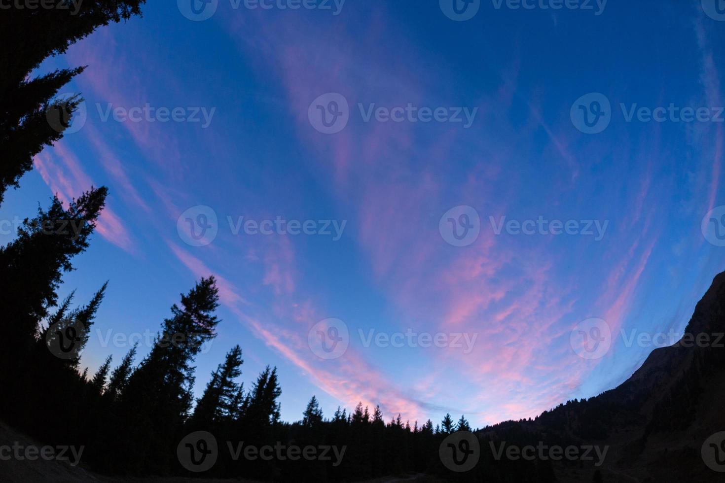 noche acampando bajo las montañas de estrellas foto