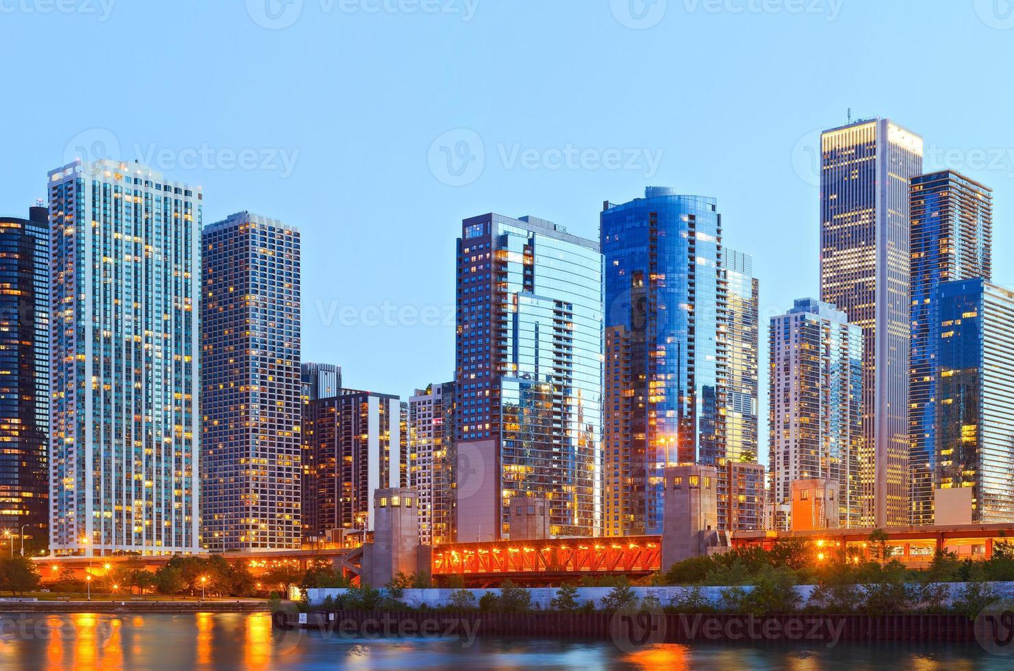 coloridos edificios en el centro de chicago durante el atardecer foto
