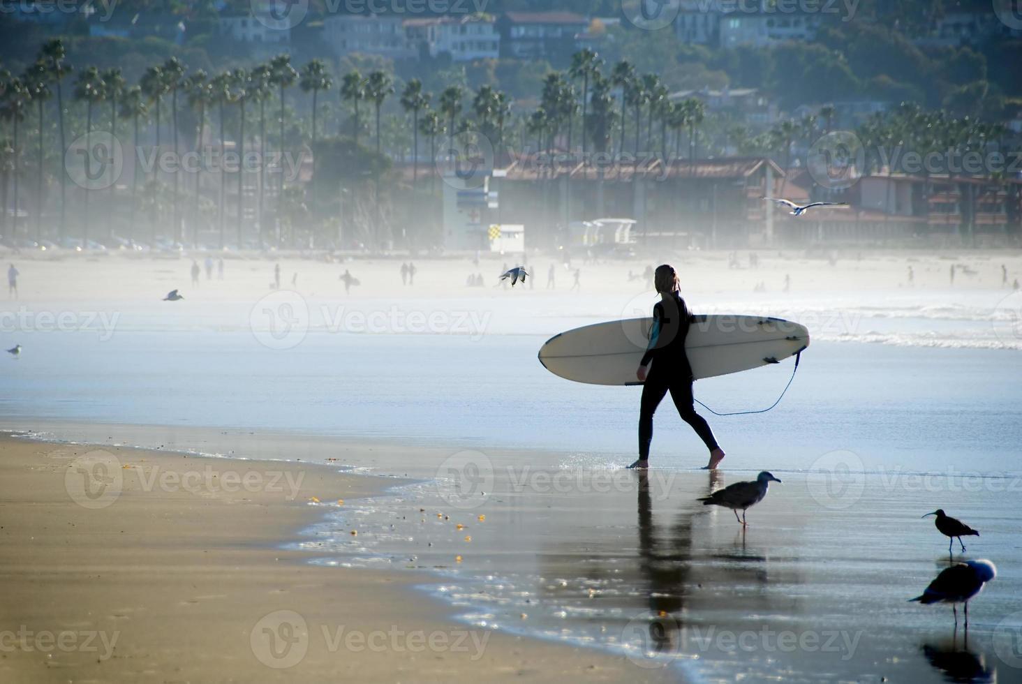 surfista femenina en la playa de la jolla cerca de san diego foto
