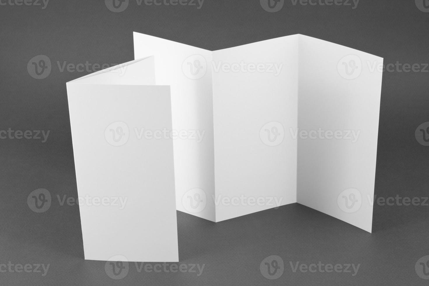 Folleto de página plegable en blanco sobre fondo gris. foto
