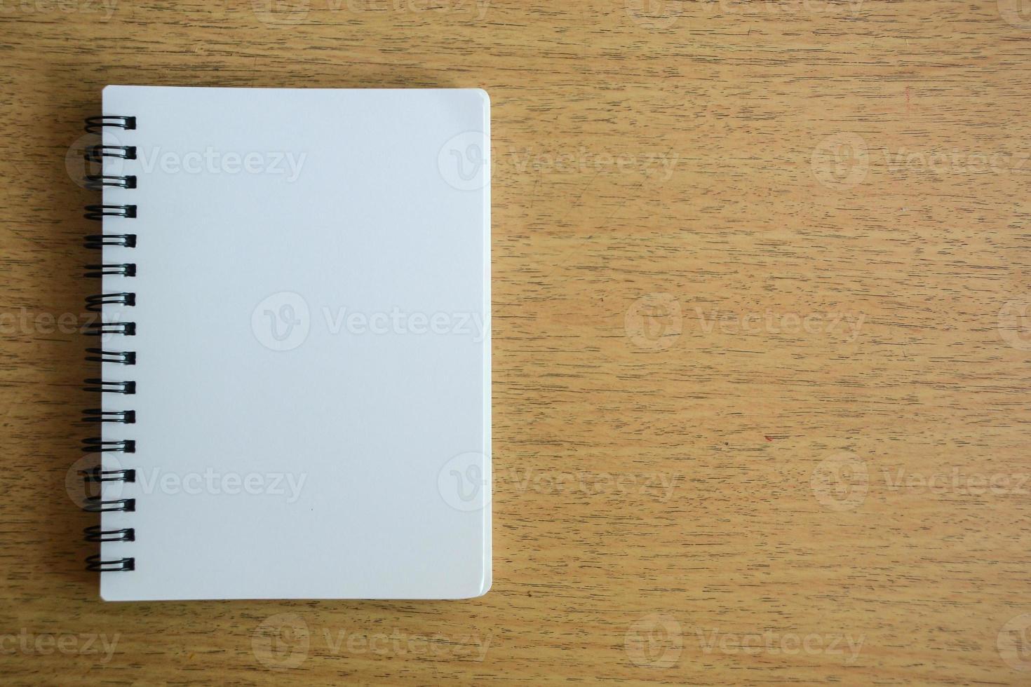 cuaderno abierto sobre textura de madera foto