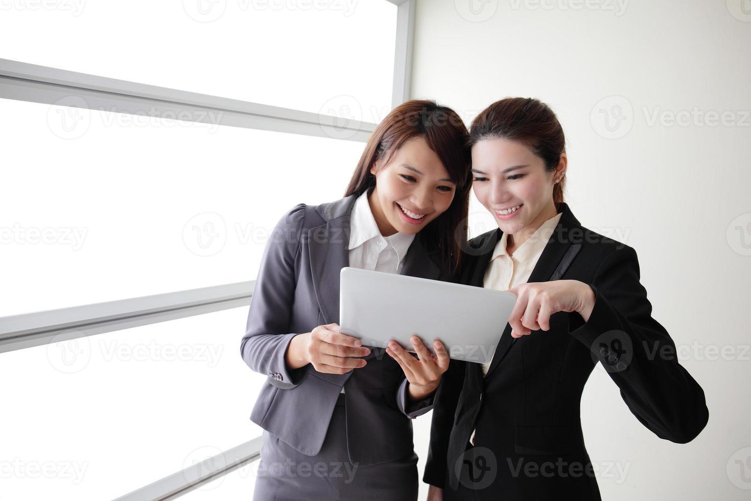 las mujeres de negocios sonríen conversación foto