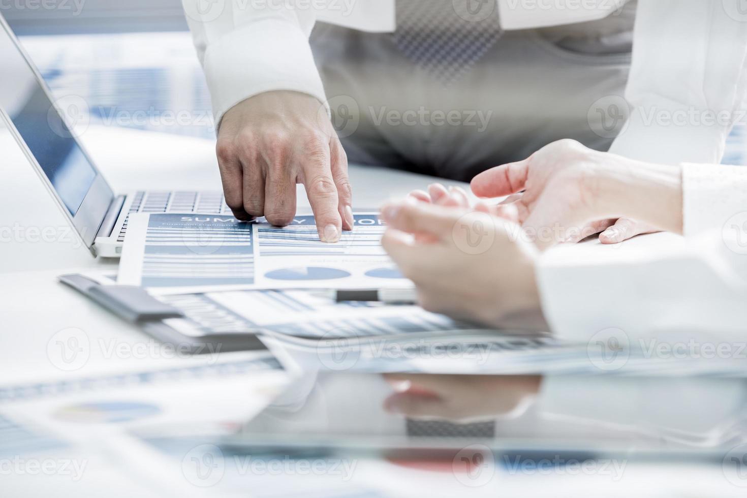 empresarios discutiendo las tablas y gráficos foto