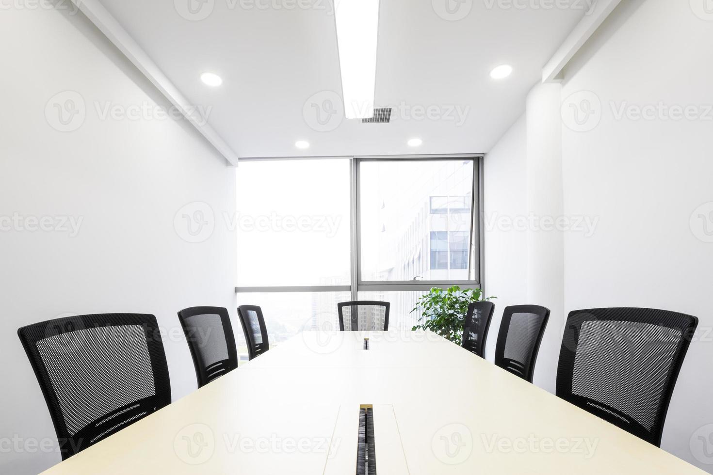 interior de la sala de reuniones en la oficina moderna foto