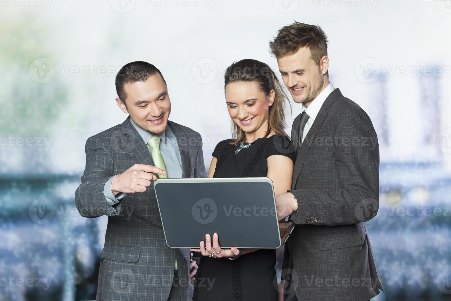 trabalhadores de escritório trabalhando juntos foto