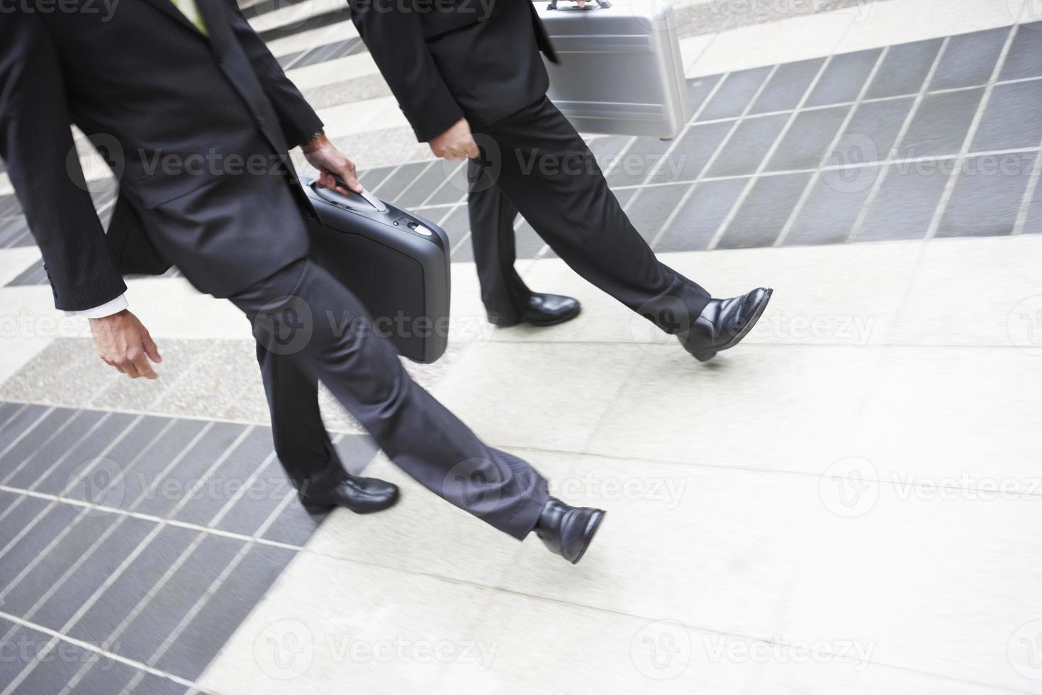 partner commerciali che camminano insieme foto