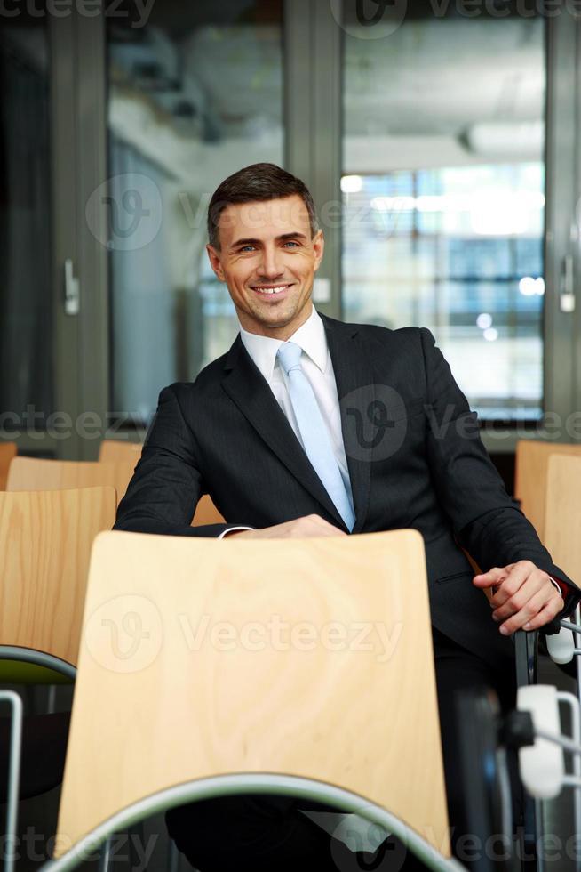 empresario sentado en la sala de conferencias foto