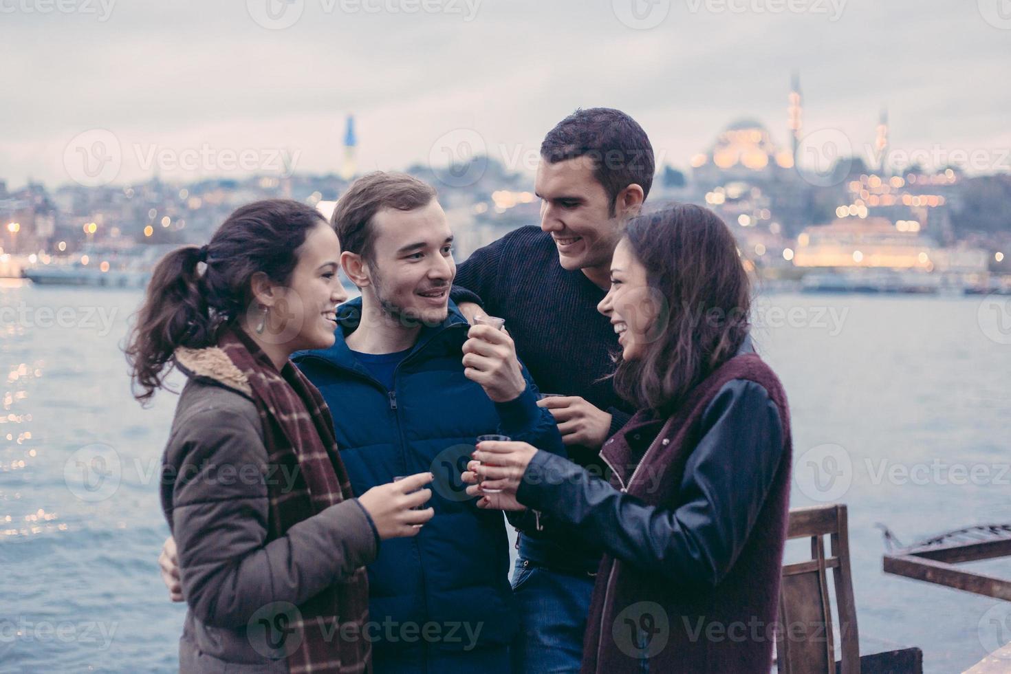 grupo de amigos turcos que bebem cay, chá tradicional foto